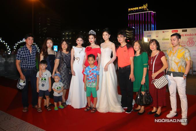 Đại gia đình của Mỹ Linh gồm bố mẹ, anh chị và các cháu đến ủng hộ cô ở vai trò giám khảo.