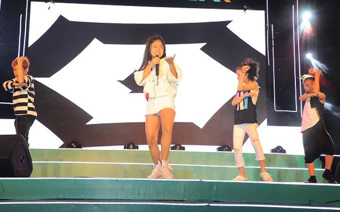 Á quân The Voice Kids 2017 Như Ngọc nhảy sung cùng các vũ công nhí.