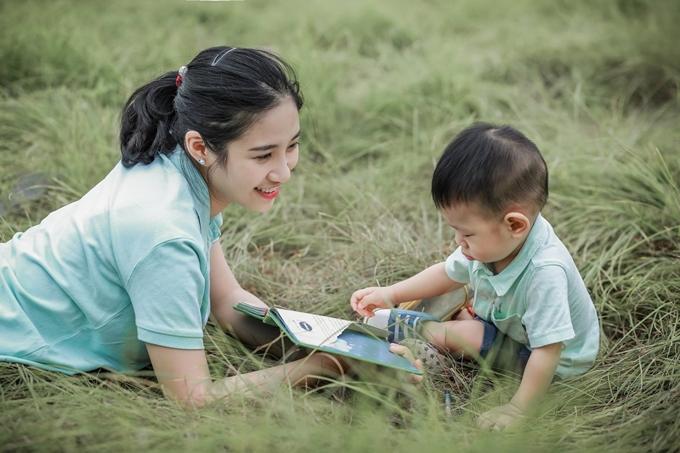 Chị Triệu Nguyễn Huyền Trang, 23 tuổi, yêu thích cuộc sống của mẹ bỉm sữa, thường dành nhiều thời gian tìm hiểu kiến thức nuôi dạy con.