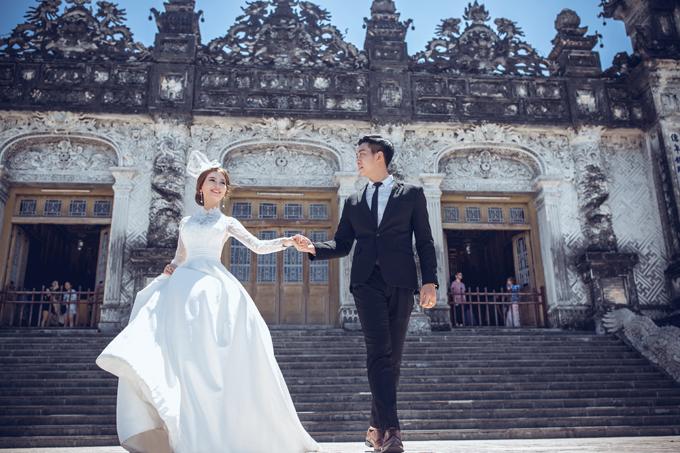 Mặc âu phục chụp ảnh cưới tại Lăng Vua Khải Định