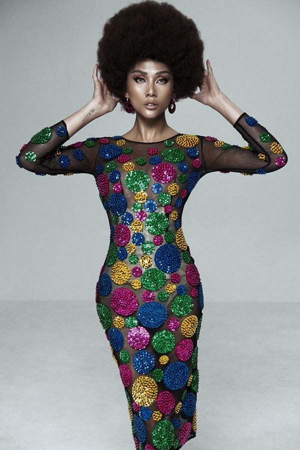 Để khẳng định tài năng biến hoá và diễn xuất trong các bộ ảnh thời trang, Võ Hoàng Yến đã chọn hình tượng mới lạ theo phong cách disco.