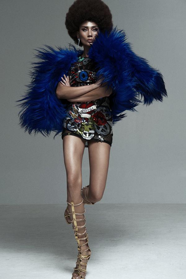 Những mẫu váy ngắn, bó sát và trang trí hoạ tiết lấp lánh được chọn lựa theo đúng chủ đề của bộ ảnh.