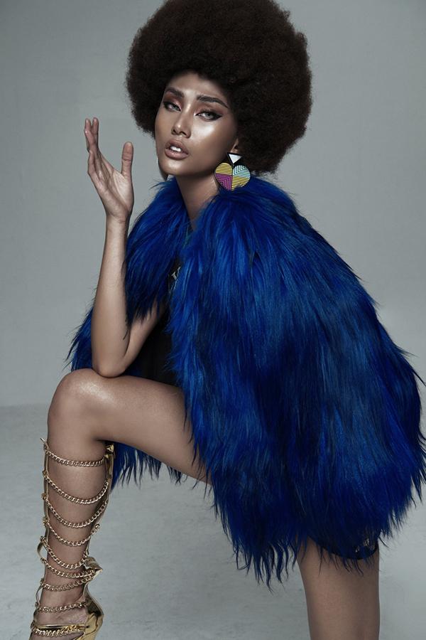 3 mẫu áo lông rực rỡ sắc màu cũng được chọn lựa để tăng sức hút cho từng shoot hình.