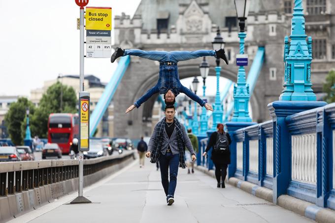 Anh em Quốc Cơ - Quốc Nghiệp chồng đầu, đi dạo trên đường phố London.