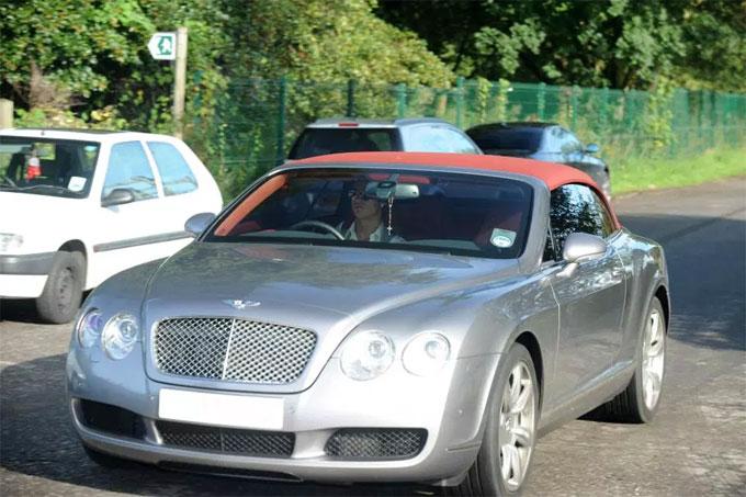 Bentley mui trần cũng là lựa chọn của C. Ronaldo.