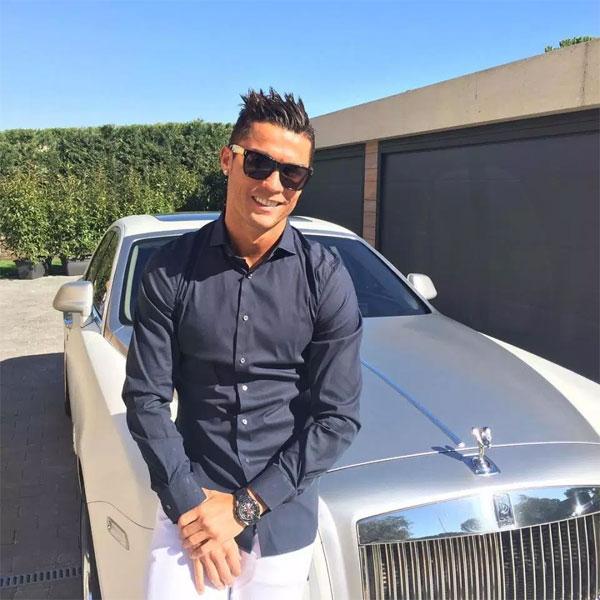 C. Ronaldo phong cách lịch lãm đứng cạnhRolls-Royce.