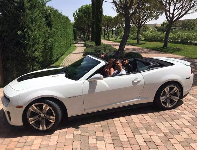 Xe thể thao Mustang mui trần được C. Ronaldo sử dụng để đưa mẹ và con trai đi chơi bên ngoài biệt thự.