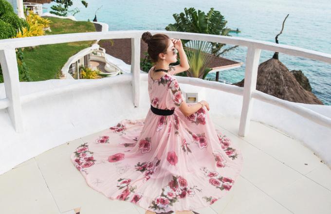 Đầm maxi đi biển cũng là trang phục giúp che lấpbắp tay to hay vòng bụng, vòng đùi ngấn mỡ.