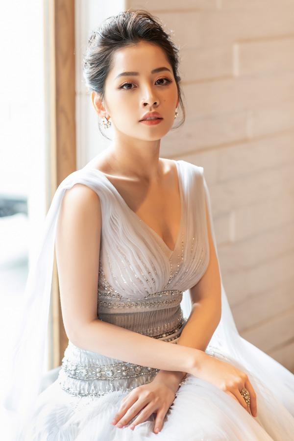 Nữ ca sĩ trông xinh đẹp, kiêu sa khi diện váy voan trắng của nhà thiết kế Đỗ Long. Cô khéo phối phụ kiện bông tai, nhẫn ton-sur-ton.