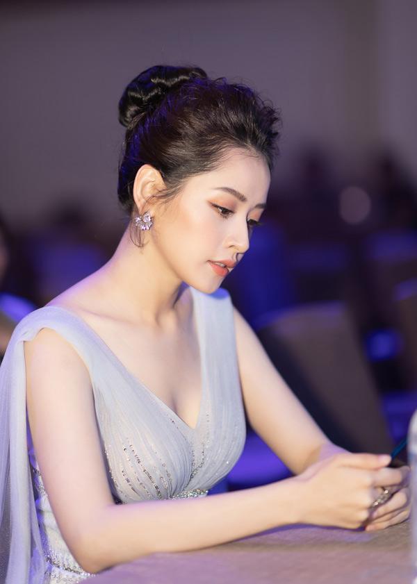 Người đẹp sinh năm 1993 bị đồn đang yêu diễn viên Hàn Quốc Jin Ju Hyung nhưng cô không bình luận về thông tin này.