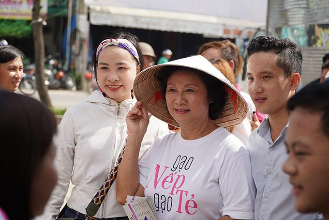 Khán giả vây kín khi dàn sao Gạo nếp gạo tẻ đi giao lưu ở chợ - 5