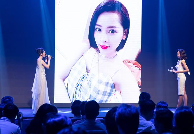 Chi Pu tiết lộ cô cũng thích chụp ảnh selfie giống nhiều bạn trẻ hiện nay.