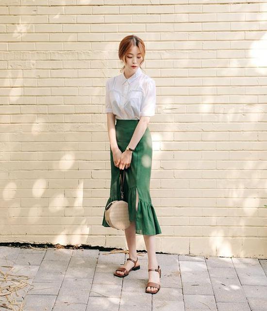 Chân váy bất đối xứng, chân váy xẻ, chân váy xếp bèo đều nằm trong xu hướng thời trang hot mùa hè 2018. Các trang phục này dễ phối cùng áo thun, sơ mi, áo blouse.