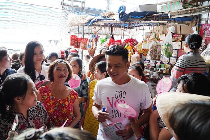 Khán giả vây kín khi dàn sao Gạo nếp gạo tẻ đi giao lưu ở chợ - 8