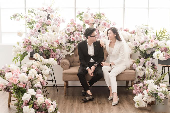 Ngoài bộ ảnh thực hiện tại resort ở Nha Trang, vợ chồng Á hậu Tú Anh còn thực hiện thêm bộ ảnh tại studio. Tú Anh diện suit trắng còn chồng Gia Lộcdiện suit đen tạo sự tương phản màu sắc thú vị.