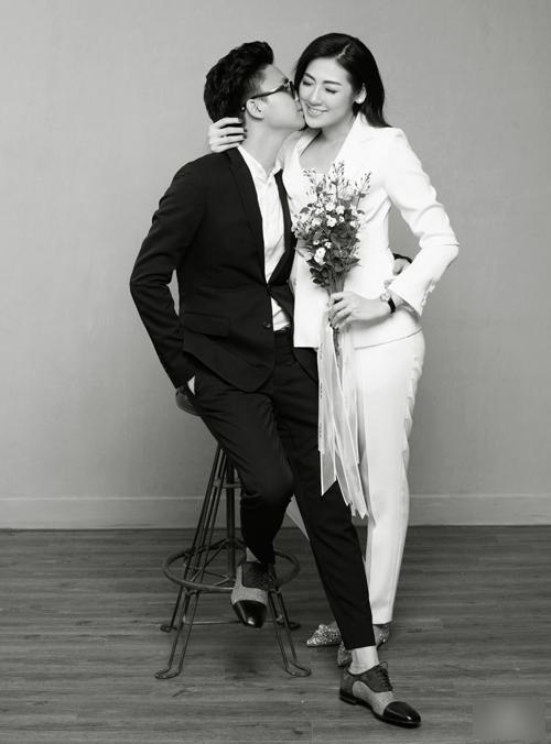 Cặp uyên ương trao nhau những nụ hôn ngọt ngào. Tú Anh từng chia sẻ với báo giới rằng sau khi kết hôn, người đẹp sẽ dần hạn chế các hoạt động showbiz để vun vén cho tổ ấm riêng.