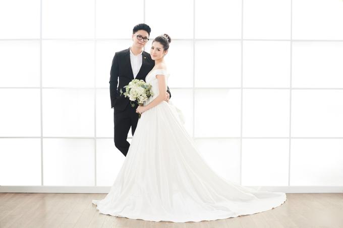 Để tạo ra sự kết nối, chú rể khoác nhẹ vòng eo cô dâu và cả hai cùng mỉm cười khi nhìn vào ống kính.