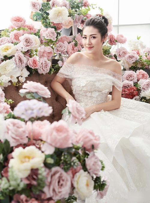 Nét đẹp dịu dàng, đậm chất Á Đông của Tú Anh được tôn vinh trong thiết kế váy cưới trễ vai và có chi tiết hoa thêu nổi 3D.