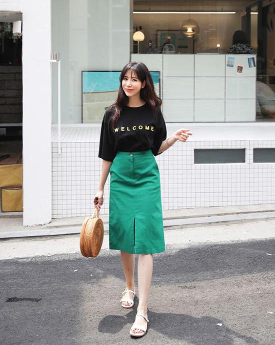 Diện áo thun cùng các kiểu chân váy thanh lịch là phong cách được nhiều bạn gái trẻ yêu thích.