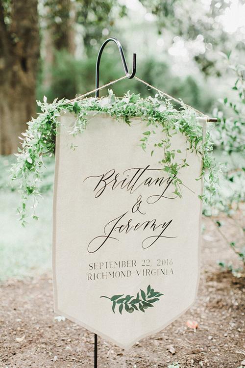 Tờ thông báo đám cưới được trang trí bởi nhành lá xanh và họa tiết màu nước. Cặp vợ chồng sử dụng phông chữ viết tay mềm mại và chữ cứng để tạo sự đối lập về tổng thể.