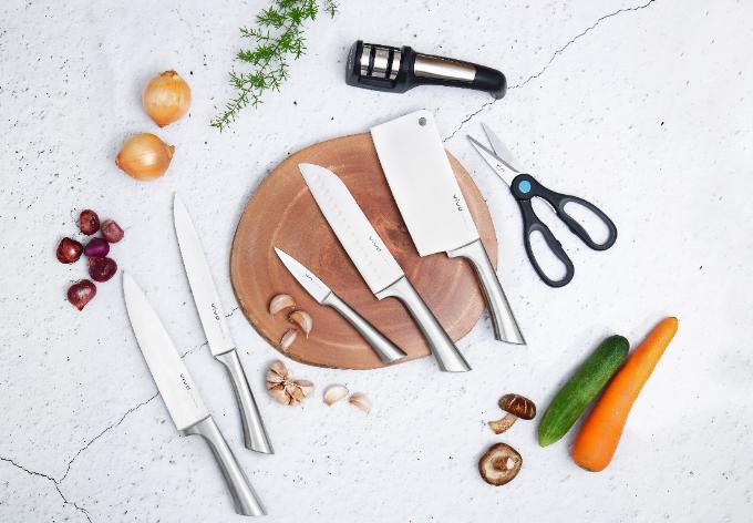 Bộ dao Vivo được làm bằng chất liệu thép không gỉ, được nhiều nội trợ lựa chọn.
