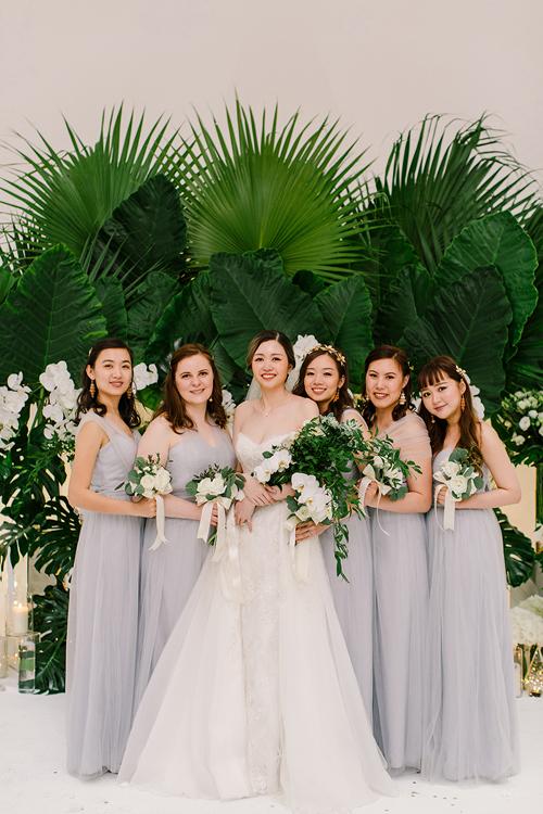 Cô dâu diện váy cúp ngực chữ A trong ngày vui. Dàn phù dâu cũng diện váy dáng này với tông màu xám nhạt để không quá nổi bật trong hôn lễ minimalist mà vẫn giữ được sự trẻ trung.