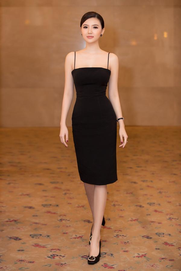 Ngọc Duyên tự tin khoe đường cong với váy dây ôm khít cơ thể. Cô đeo nhẫn kim cương, đồng hồ, giày hàng hiệu đắt đỏ.