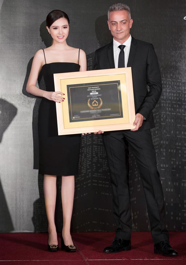 Người đẹp được mời trao giải thưởng cho một doanh nhân người nước ngoài.