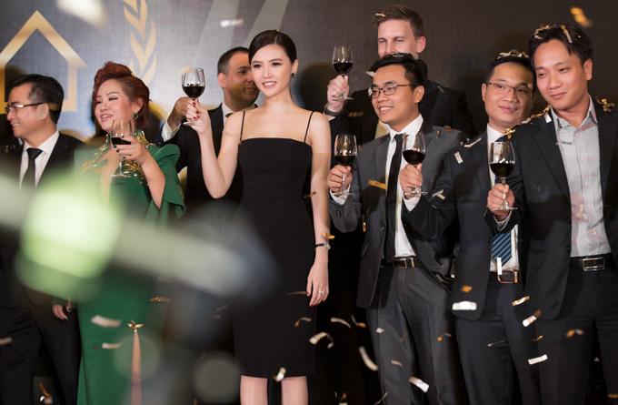 Cô nâng ly uống cùng các khách mời trong sự kiện.