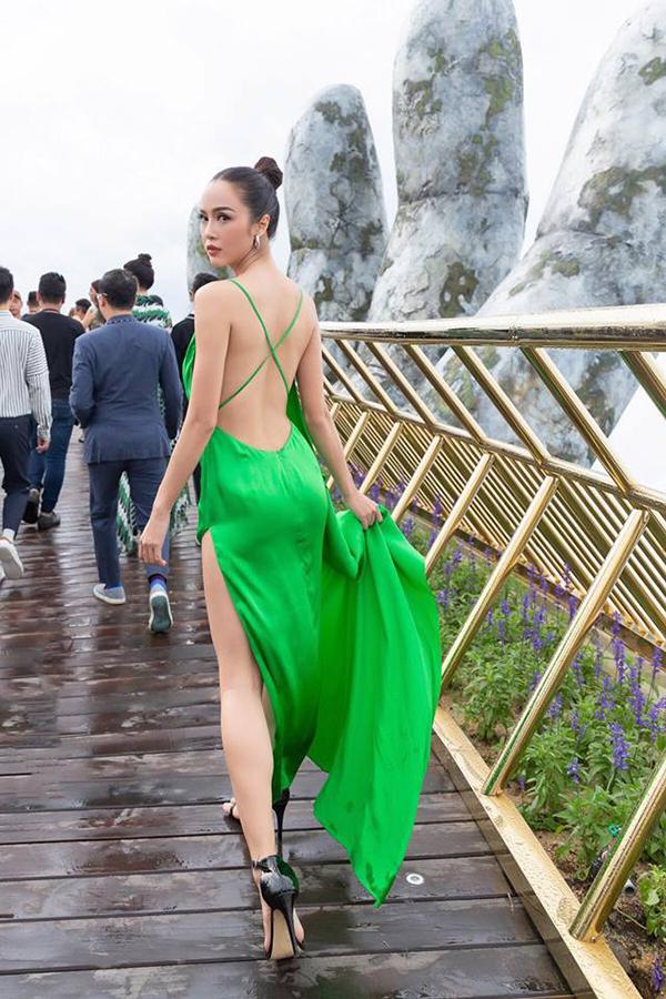 Mẫu váy khai thác triệt để vẻ gợi cảm ở phầnlưng ong và chân thonkhiến Vũ Ngọc Anh trở nên cuốn hút hơn.