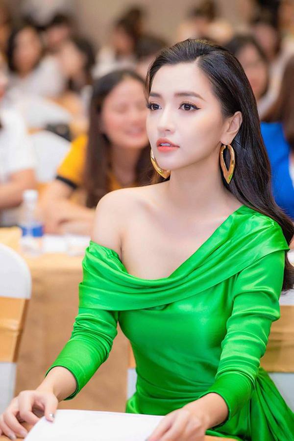 Ca sĩ Bích Phương tôn làn da trắng ngần với thiết kế váy lệch vai hợp mùa.