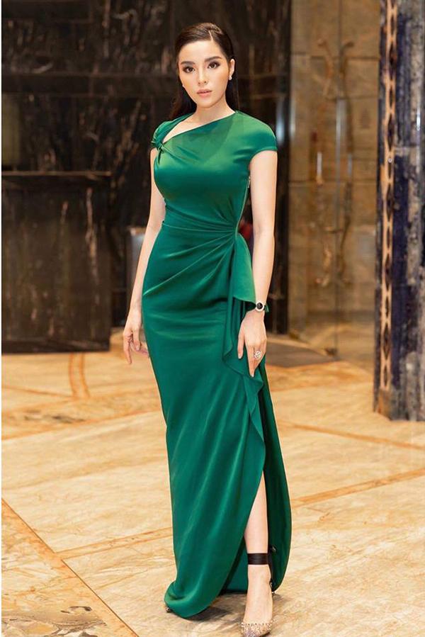 Cùng với tông xanh lá non trẻ trung, các thiết kế xanh đậm cũng chiếm được cảm tình của phái đẹp.