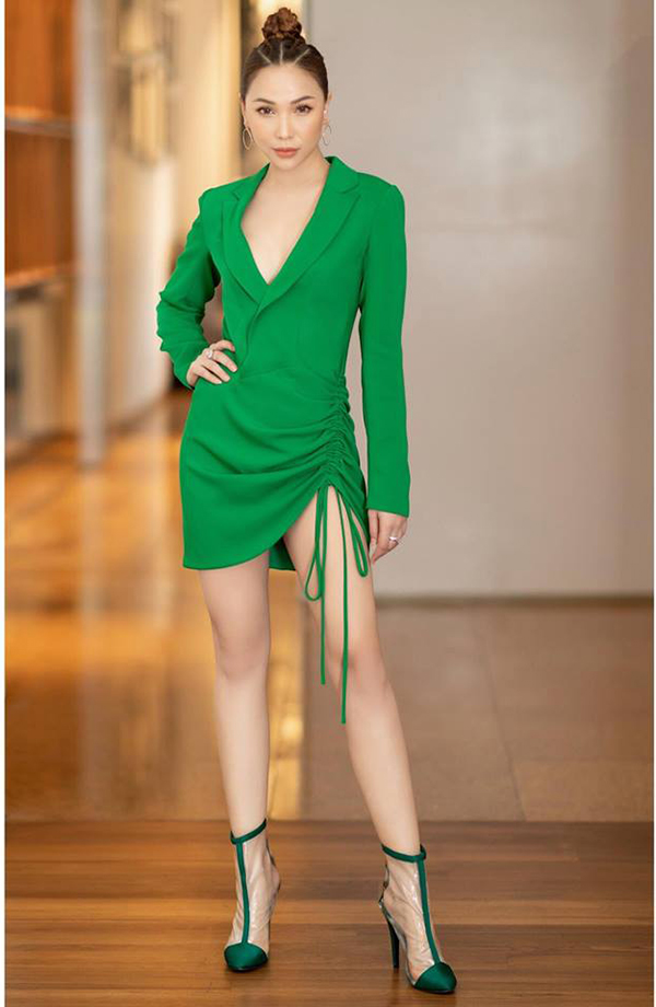 Quỳnh Thư cá tính với mẫu váy vest phom dáng hiện đại. Phụ kiện đi kèm là bốt nhựa trong ăn khách hè 2018.