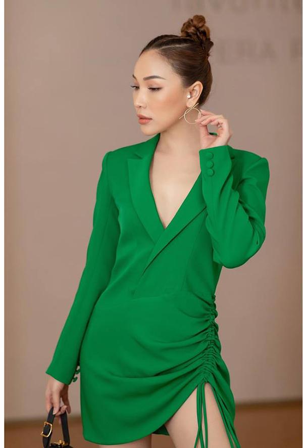 Cùng với gam màu hợp xu hướng, kiểu váy còn được trang trí dây rút để tăng phần cá tính.