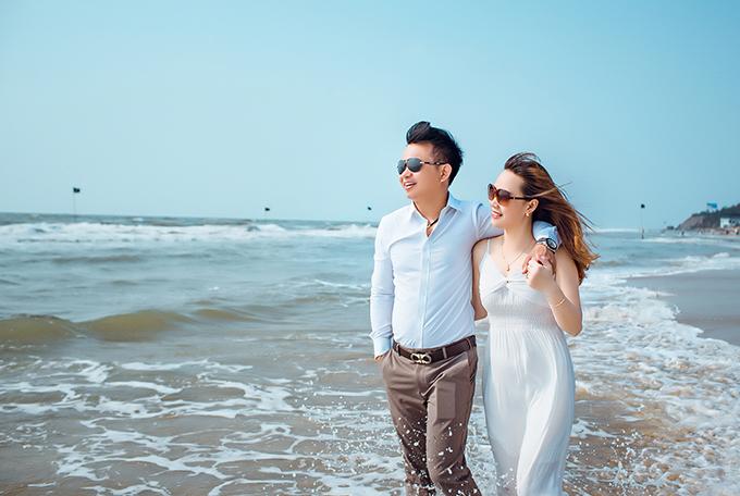 Đức Tuấn khoác vai vợ trên biển Vũng Tàu. Hành trình chụp ảnh ở Đà Lạt - Vũng Tàu có nhiều khó khăn nhất vì thời điểm đó cận ngày cưới, đường xá xa xôi, chúng tôi phải dậysớm để săn mây, chú rể cho hay.