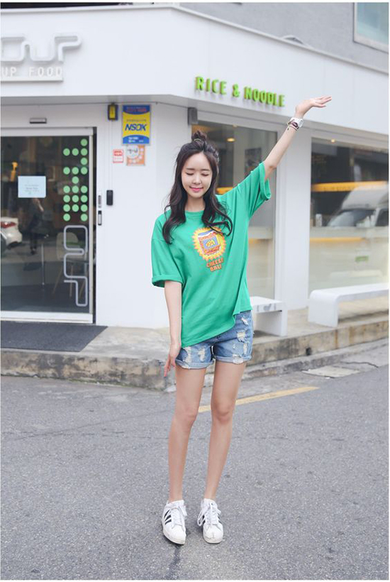 Phong cách cho những cô nàng yêu sự đơn giản khi xuống phố với lối kết hợp áo thun và short jeans.