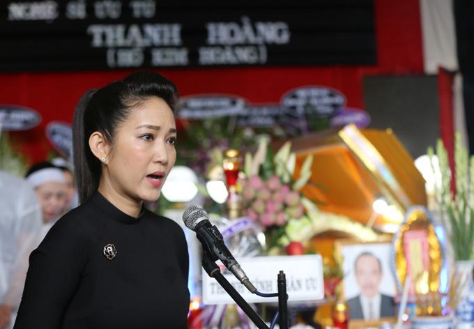 Ca sĩ Thanh Thúy với vai trò Phó Giám đốc Sở Văn hóa Thể thao TP HCM đọc điếu văn trong lễ tang của Thanh Hoàng.