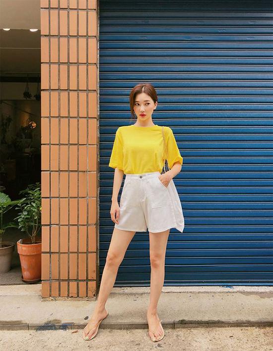 Khi diện áo có tông màu kích thích thị giác cao, phái đẹp thường chọn quần và váy gam thanh nhã để tạo sự cân bằng.