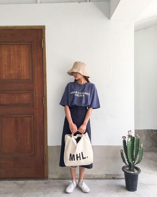 Set đồ phù hợp với bạn gái thích rong chơi vào những ngày cuối tuần. Chân váy midi, áo hạvai, giày đế bệt, túi tote, mũ tai bèo mang lại sự thoải mái.