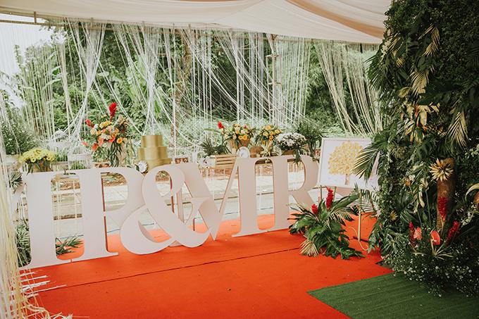 Không gian tiệc cưới thêm ấn tượng với những chữ cái biểu thị cho hai vợ chồng. Toàn bộ khâu lên ý tưởng cho đến việc chọn lựa chi tiết trang trí tiệc cưới đều do cô dâu phụ trách. Đối với ekip thực hiện, đây là một việc vừa mừng vừa lo vì cô dâu là người am hiểu về thẩm mỹ và nghệ thuật nhưng đồng thời là người cầu toàn và tỉ mỉ.