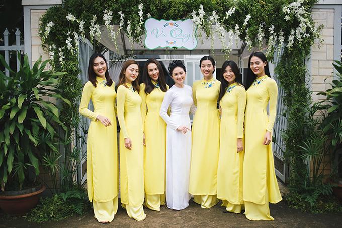 Dàn bê tráp nhà gái quy tụ nhiều mỹ nhân Vbiz như Hoa khôi Diệu Ngọc (ngoài cùng bên trái), Á khôi Lệ Quyên (đứng thứ 3 từ bên trái) và Á hậu Thúy Vân (đứng thứ 3 bên phải).