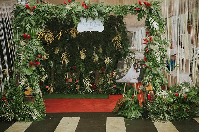 Tiệc cưới ở Đồng Nai của Thanh Nhàn diễn ra vào cuối tuần trước, là giai đoạn thời tiết có nhiều biến động như mưa, bão. Do đó, ekip wedding planner phảilàm việc xuyên đêm để đảm bảo tiến độ dựng rạp, bài trí hoa tươi và các chi tiết khác.