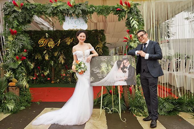Chiếc váy trễ vai dáng trumpet của Thụy Bridalvừa giúp cô dâu dễ di chuyển, vừa tôn được vóc dáng trời bancủa người đẹp.