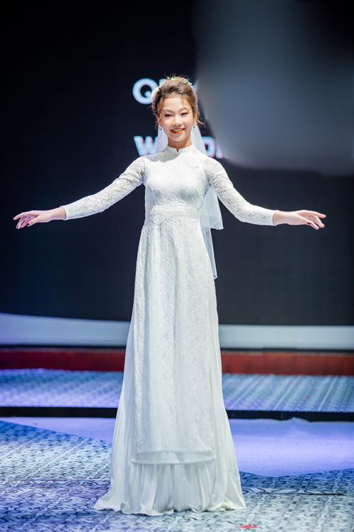Áo dài được làm từ chất liệu ren cao cấp tạo sự thoải mái cho người mặc. Cổ áo không nên cao quá 3 cm nhằm tạo được độ thông thoáng và tự nhiên cho cô dâu khi mặc.