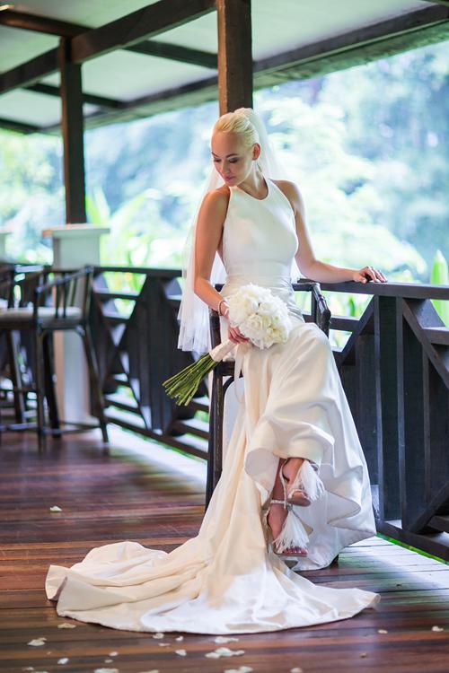 Chiếc váy cưới được may bằng lụa satin duchess phù hợp với những cô nàng có bắp tay thon nhỏ, vóc dáng gọn gàng. Kiểu váy này đem đến vẻ đẹp mong manh, nữ tính cho cô dâu trong ngày cưới.