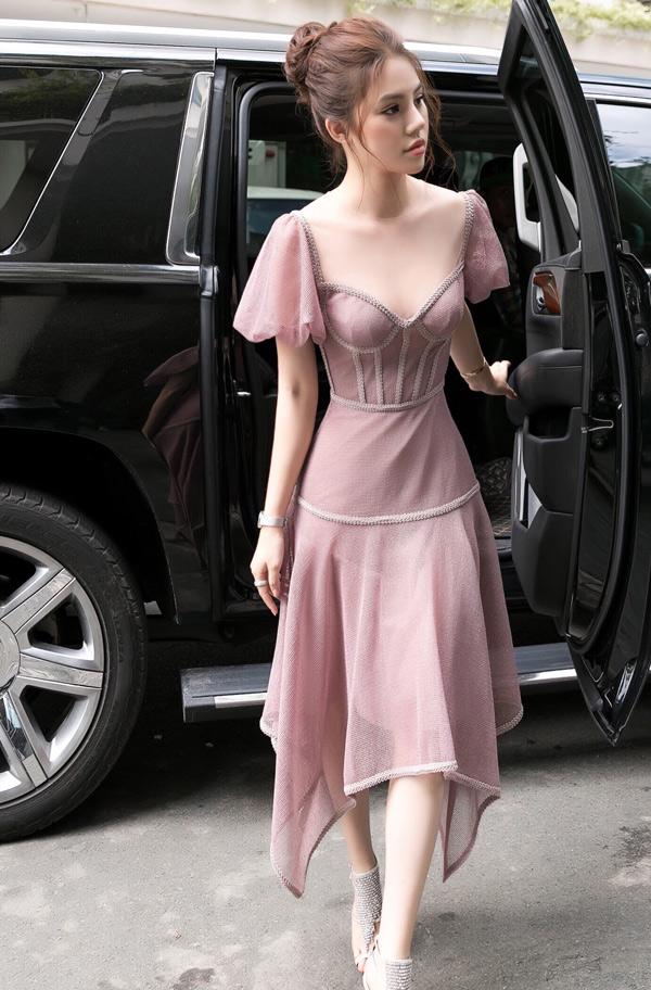 Jolie Nguyễn điệu đà, gợi cảm với váy corset bó ngực.