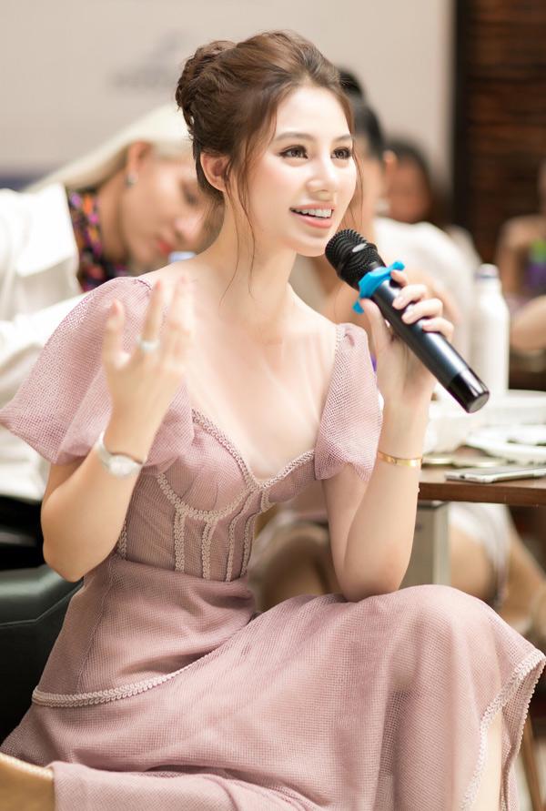 Jolie Nguyễn chia sẻ những bí quyết làm đẹp của cô. Mỹ nhân 21 tuổi chăm chỉ tập thể dục, kiêng tinh bột, đồ ngọt để giữ hình thể thon thả, làn da mịn màng và thần thái luôn tươi trẻ.