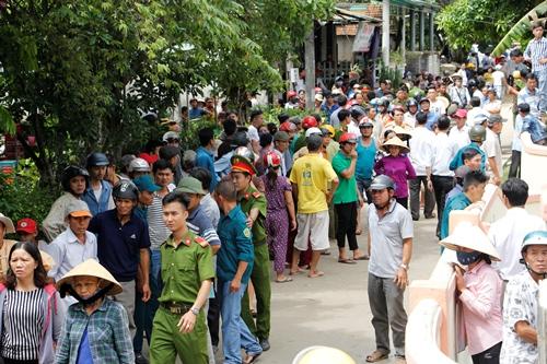 Người dân làng Lương Điền đổ ra đường đón thi hài các nạn nhân. Ảnh: Võ Thạnh