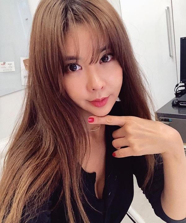 Kim Junie là chủ nhân tài khoản Instagram evajunie có tới hơn 200 nghìn lượt theo dõi. Nếu chỉ nhìn vào những hình ảnh cô chia sẻ trên mạng xã hội này, ít ai có thể tin được rằng, năm nay, Kim Junie đã bước sang tuổi 42.