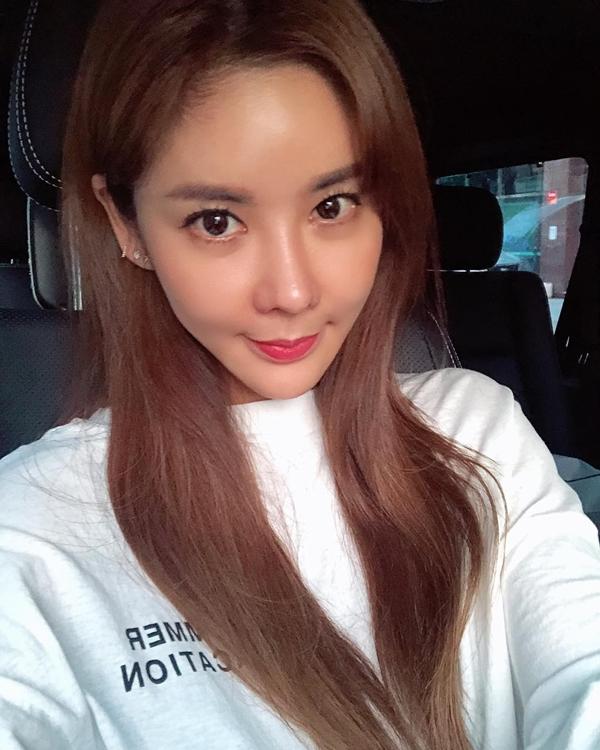 Chia sẻ về bí quyết chăm sóc da, Kim Junie cho biết, cô rất coi trọng việc bôi kem chống nắng và đắp mặt nạ.